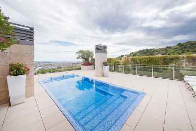 Penthouse with swimming pool on the terrace in a prestigious area